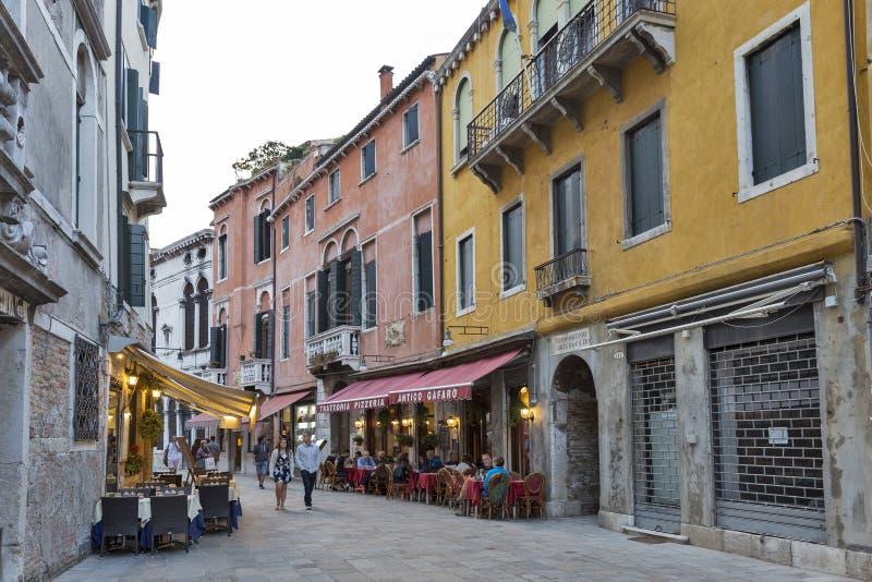 Restaurants im Freien mit Tabellen und Stühle in Venedig, Italien lizenzfreie stockfotos