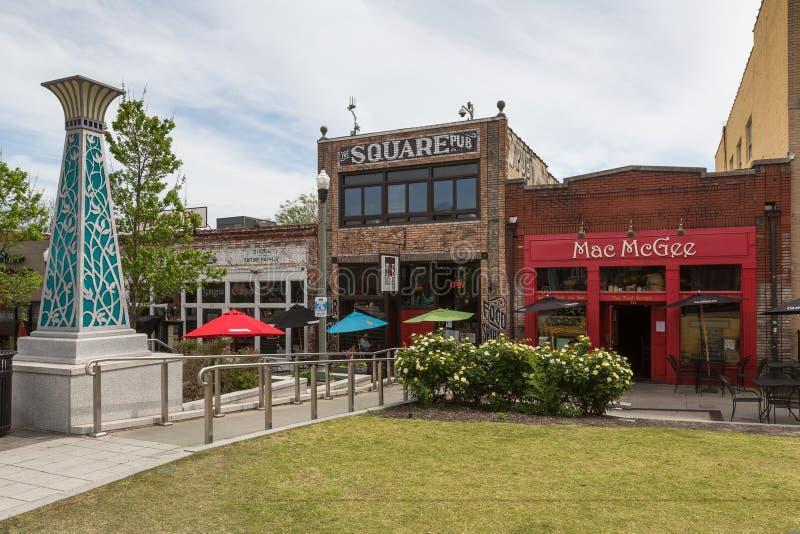 Restaurants op het vierkant in de voorstad van Atlanta, Decatur stock afbeelding