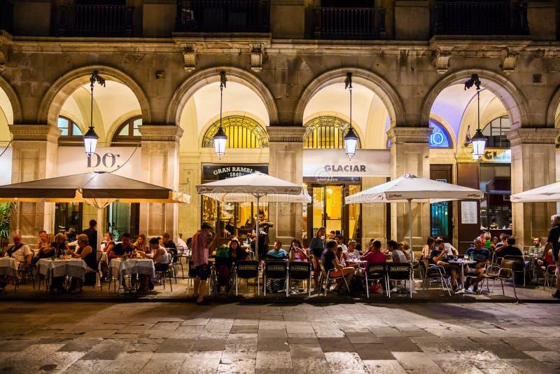 Restaurants in Placa Reial in Barcelona stockfotos