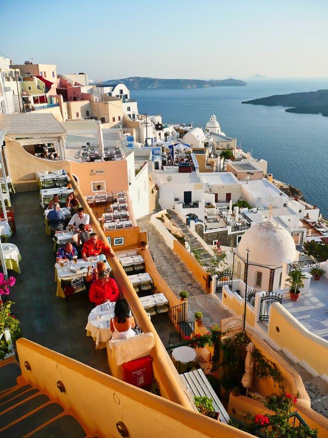 Restaurants sur la caldeira de Santorini au coucher du soleil, Grèce photographie stock