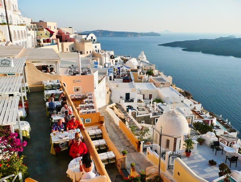 Restaurants sur la caldeira de Santorini au coucher du soleil, Grèce image libre de droits