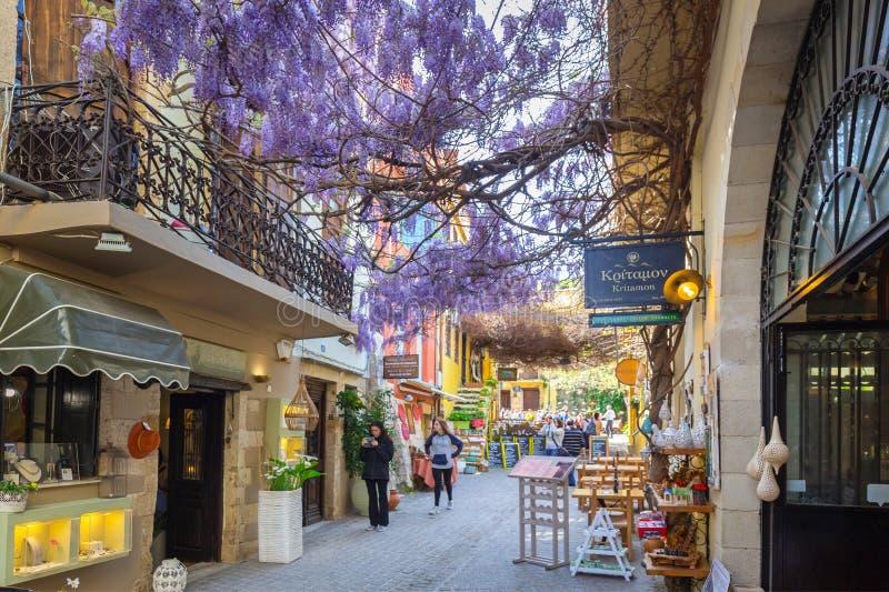 Restaurants sur la rue de Chania sur Crète, Grèce images stock