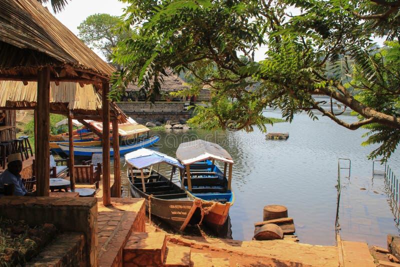 Restaurants und Cafés mit Booten nahe der Quelle Nile Rivers lizenzfreie stockfotografie