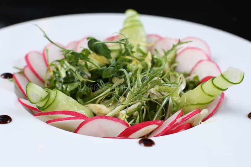 Restaurantschotel, groene salade met radijzen, arugula en komkommers, gezond voedsel stock afbeeldingen
