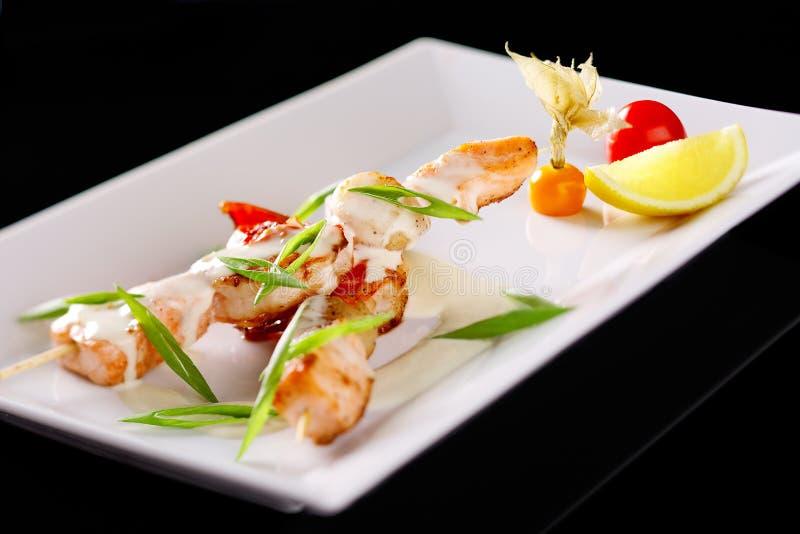 Restaurantschotels met zeevruchtenvleespennen met zalm en garnalen stock foto's