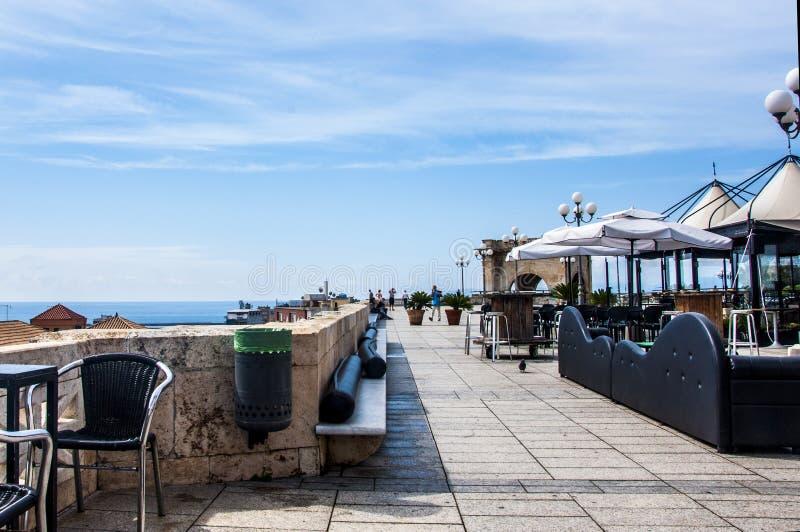 Restaurantsitze Cagliaris Sardinien Italien auf der Mittelmeer-Umberto-Terrasse lizenzfreie stockbilder