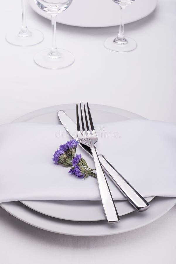 Restauranttabelle eingestellt mit Blumen stockfoto