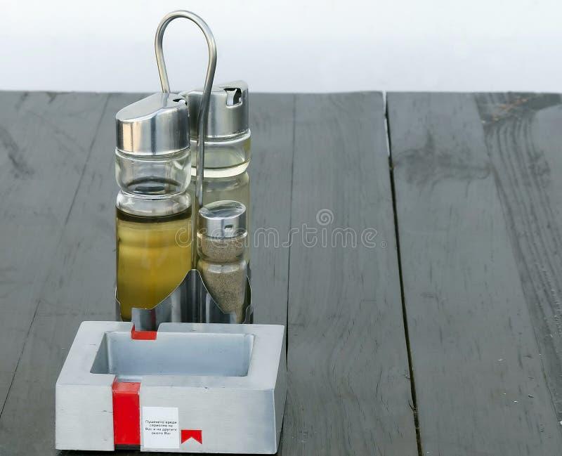 Restauranttabelle mit Essig, Olivenöl lizenzfreie stockfotografie