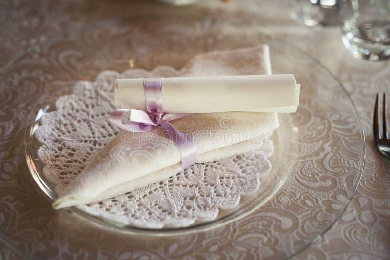 Restauranttabelle vorbereitet für Hochzeitsfest lizenzfreie stockbilder