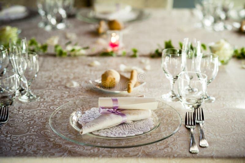 Restauranttabelle vorbereitet für Hochzeitsfest stockfotografie