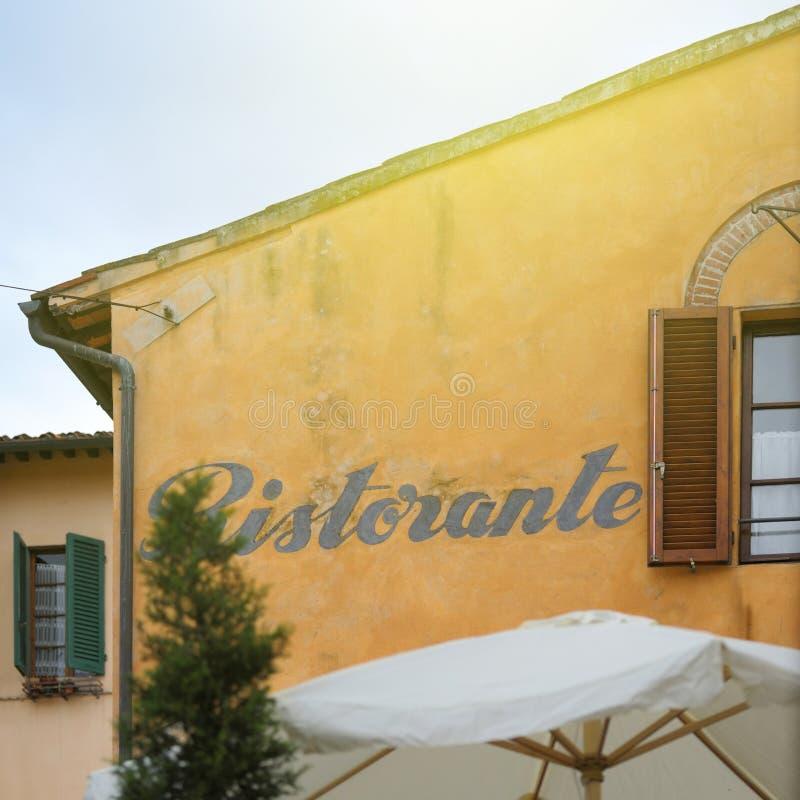 Restaurantteken Ristorante op een caligraphic gebouw royalty-vrije stock foto