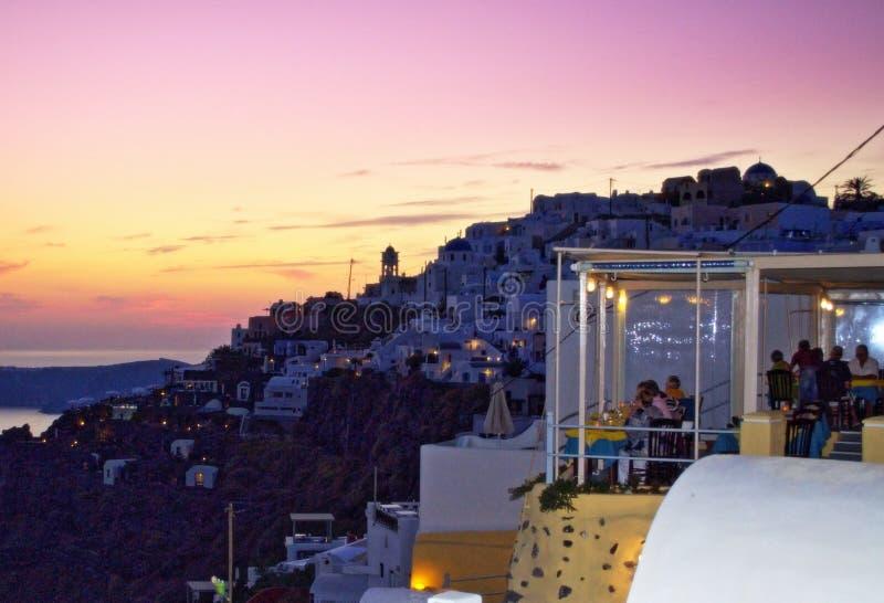 Restaurantterras en Imerovigli-het eiland Griekenland van Santorini van de avondhorizon royalty-vrije stock afbeelding