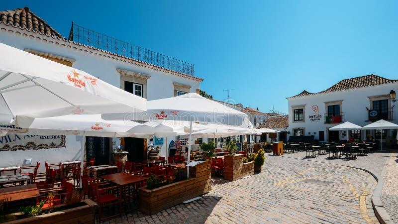 Restaurantterras in het historische centrum van Faro, Algarve, Portugal royalty-vrije stock foto's
