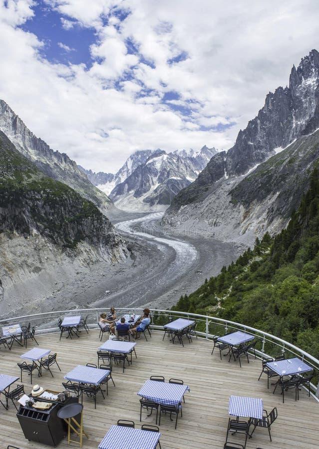 Restaurantterrasse über Gletscher Mer de Glace lizenzfreie stockfotos