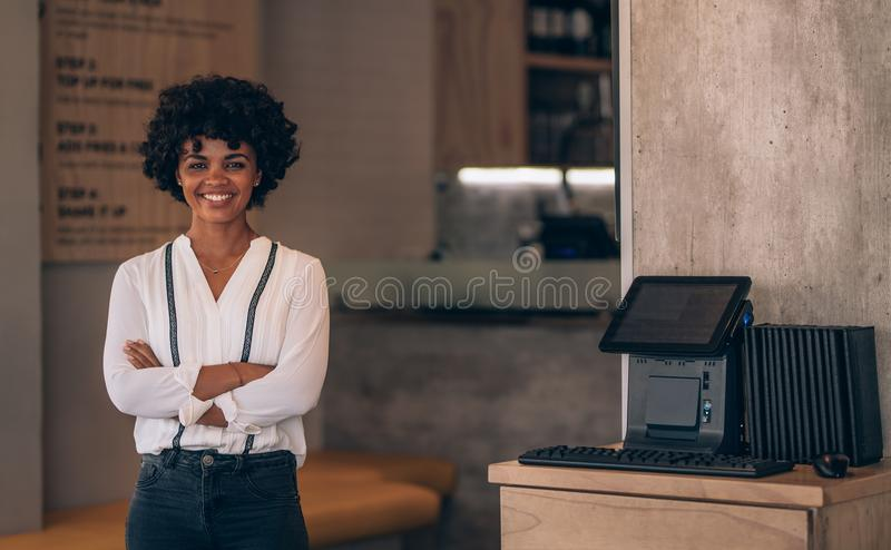 Restaurateur féminin réussi photo libre de droits