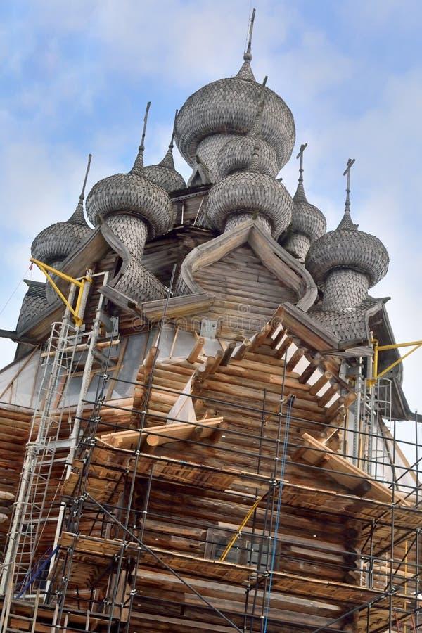 Restauratie van de Kerk van de Transfiguratie op Kizhi op Kiz royalty-vrije stock afbeelding