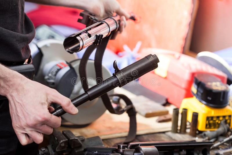 Restauratie van oud Duits machinepistool mp-38 stock afbeelding
