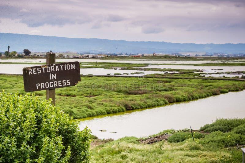 Restauratieteken in het moerasland in Alviso-Moeras, Don Edwards-het wildtoevluchtsoord, baai de Zuid- van San Francisco, Califor stock fotografie