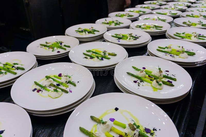 restauration Beaucoup de mêmes plats sur la même table pendant le dîner photos stock