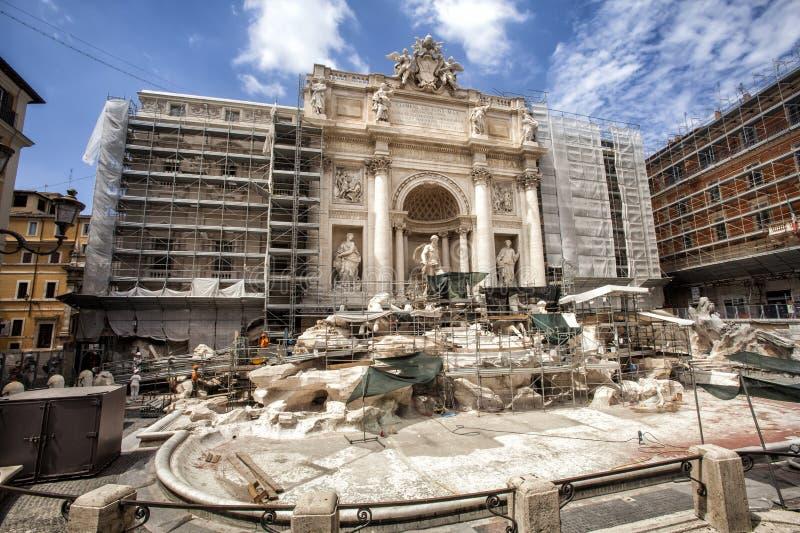 Restauration de fontaine de TREVI Beaux vieux hublots à Rome (Italie) jour images stock