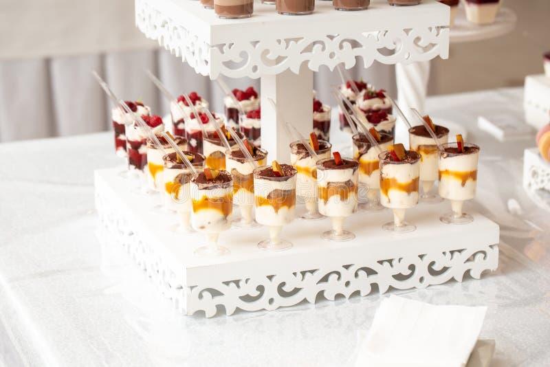 Restauration de mariage de luxe, table avec desserts modernes, cupcakes, sucreries aux fruits délicieux bar à bonbons à un mariag image libre de droits