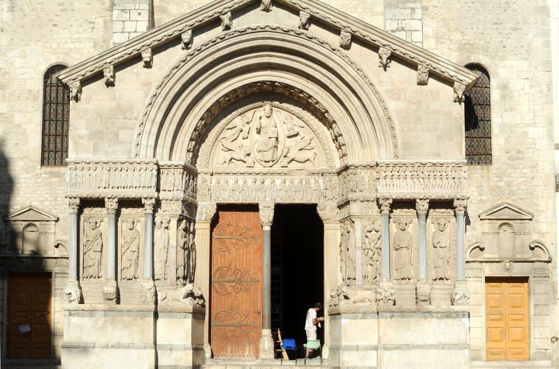 Restauratori sul lavoro sulla cattedrale della st Trophime fotografia stock