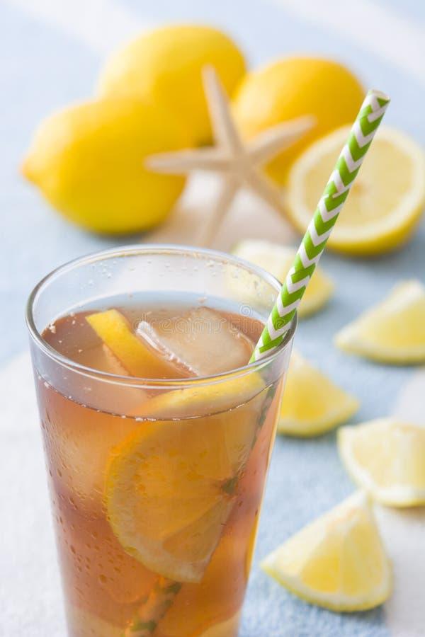 Restaure el té de hielo con el limón en la toalla del verano foto de archivo