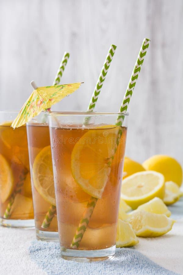 Restaure el té de hielo con el limón en la toalla del verano imágenes de archivo libres de regalías
