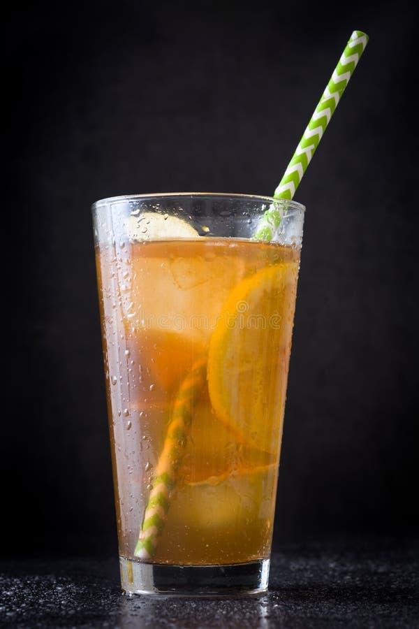 Restaure el té de hielo con el limón Ennegrezca el fondo de piedra imagenes de archivo