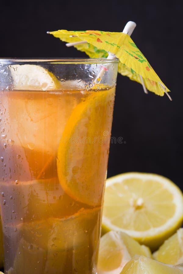 Restaure el té de hielo con el limón Ennegrezca el fondo de piedra imagen de archivo