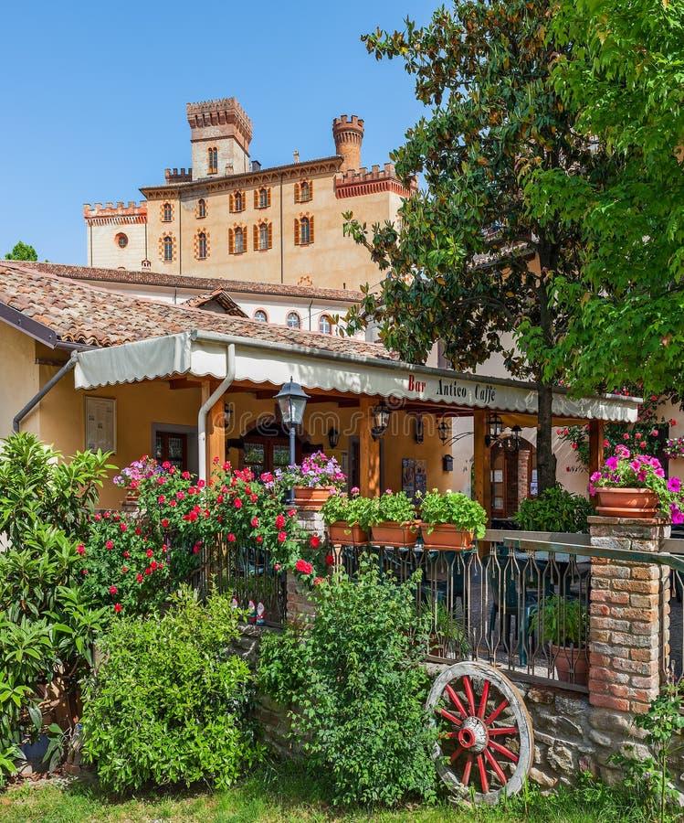 Restaurnat pequeno e castelo medieval no barolo, Itália fotos de stock royalty free