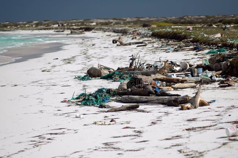 Reste d'un bateau naufrage sur la plage blanche photographie stock libre de droits