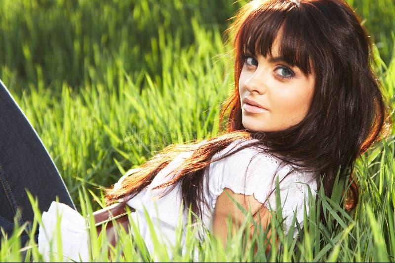 Reste de femme sur l'herbe photo libre de droits