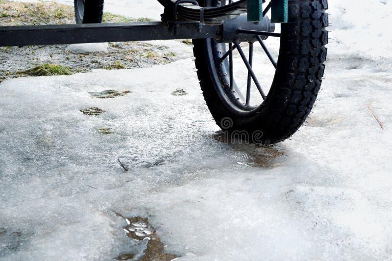 Reste des Schnees unter Wagenrädern lizenzfreie stockfotos