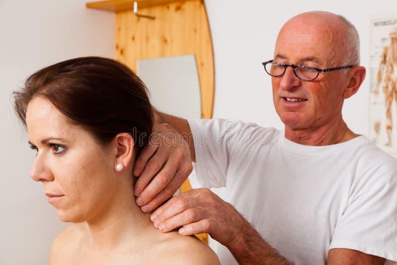 Reste et relaxation par le massage photographie stock libre de droits