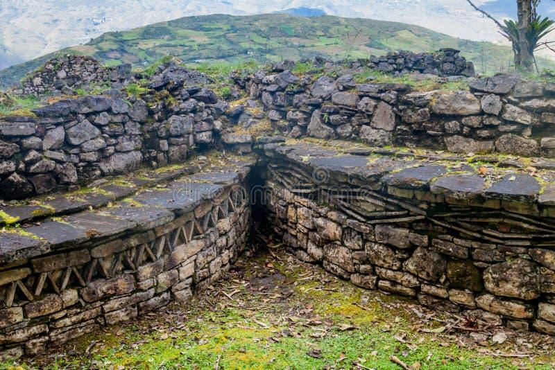 Reste von runden Häusern in Kuelap, ruinierte Zitadellenstadt der Chachapoyas-Wolken-Waldkultur in den Bergen von Nord pro lizenzfreies stockbild