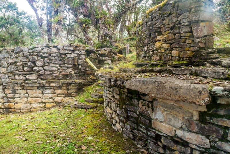 Reste von runden Häusern in Kuelap, ruinierte Zitadellenstadt der Chachapoyas-Wolken-Waldkultur in den Bergen von Nord pro stockbilder