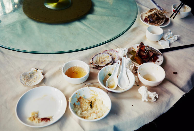 Resten, resterend voedsel in vuile schotels royalty-vrije stock foto