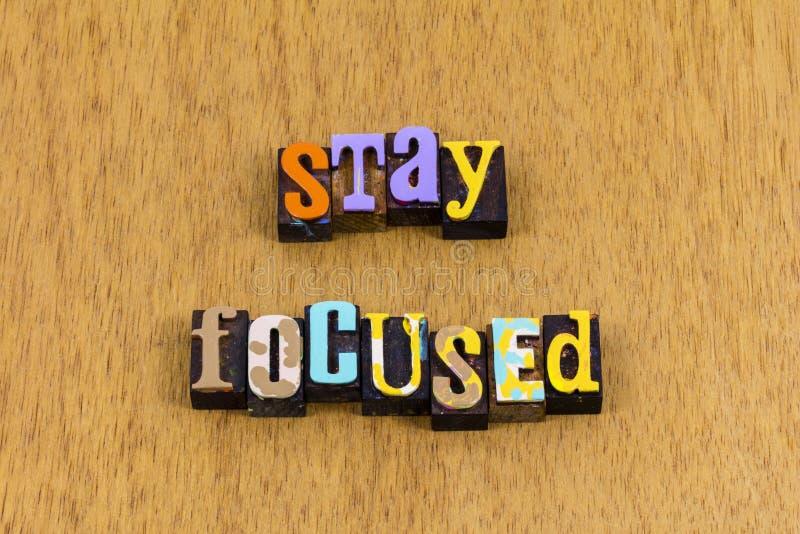 Rester concentré sur la détermination travailler dur aller de l'avant lettré phrase photos libres de droits