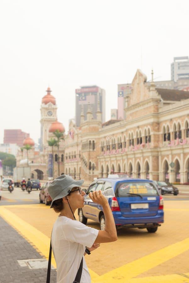 Rester hydraté dans la scène urbaine chaude image stock