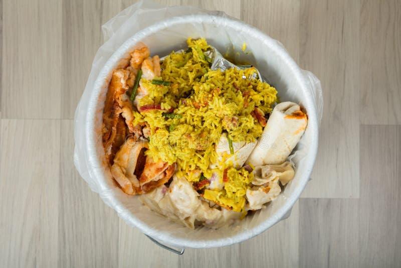 Rester mat i avfallfack royaltyfria bilder