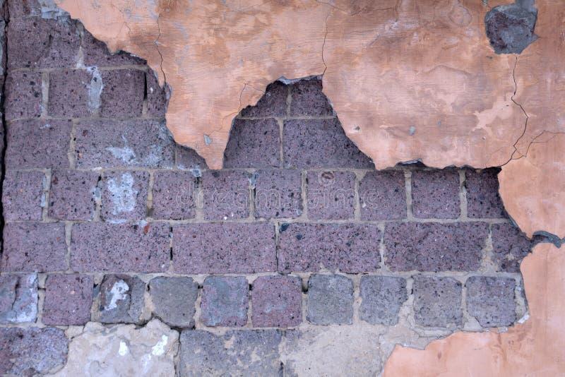 Restes d'abandonner intérieur endommagé et détruit de maison par la grenade écossant avec le toit et le mur effondrés dans le sel image stock