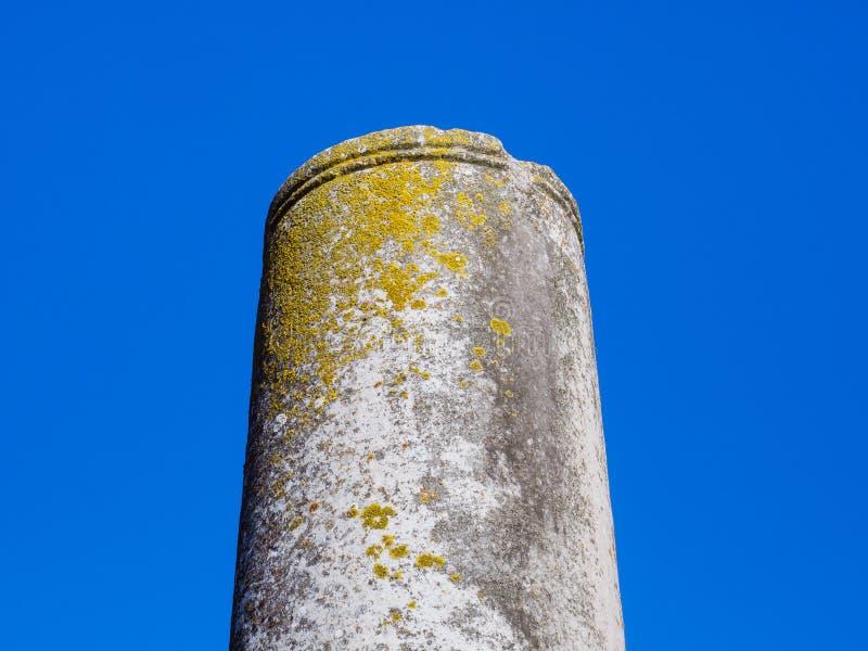 Restes d'une colonne du grec ancien - fond clair de ciel bleu image stock