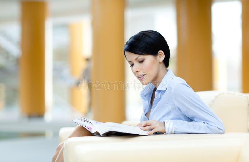 Restes de femme d'affaires avec le livre photo libre de droits