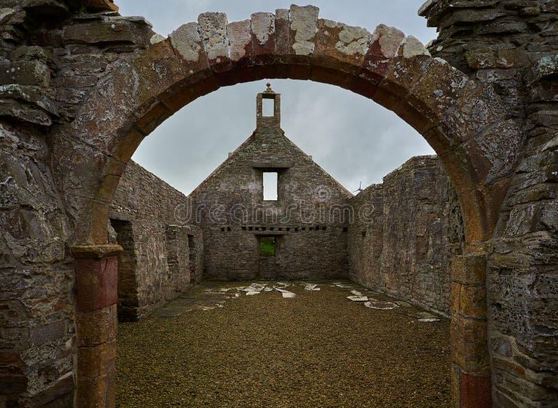 Restes de l'église du ` s de Madame Kirk St Mary dans le cimetière du ` s de Pierowall, Westray, Ecosse image stock