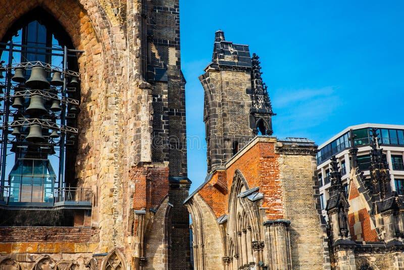 Restes de l'église de Saint-Nicolas qui presque totalement a été détruite pendant le bombardement de Hambourg images stock