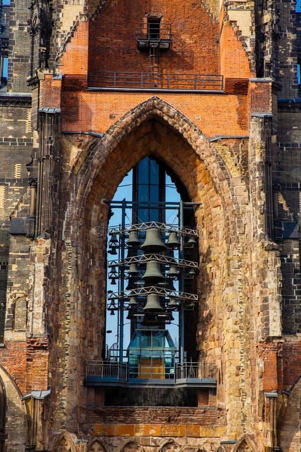 Restes de l'église de Saint-Nicolas qui presque totalement a été détruite pendant le bombardement de Hambourg photos libres de droits