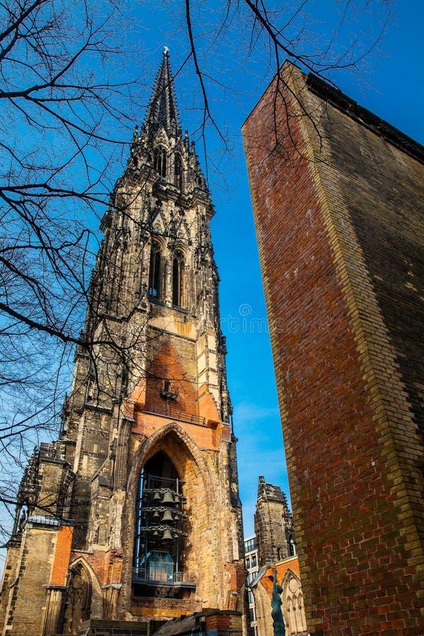 Restes de l'église de Saint-Nicolas qui presque totalement a été détruite pendant le bombardement de Hambourg photographie stock