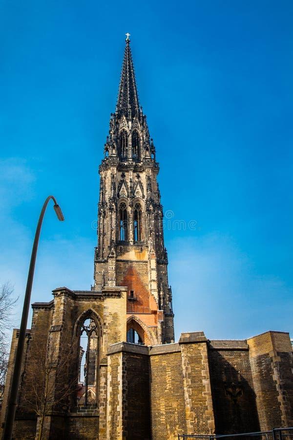 Restes de l'église de Saint-Nicolas qui presque totalement a été détruite pendant le bombardement de Hambourg image libre de droits
