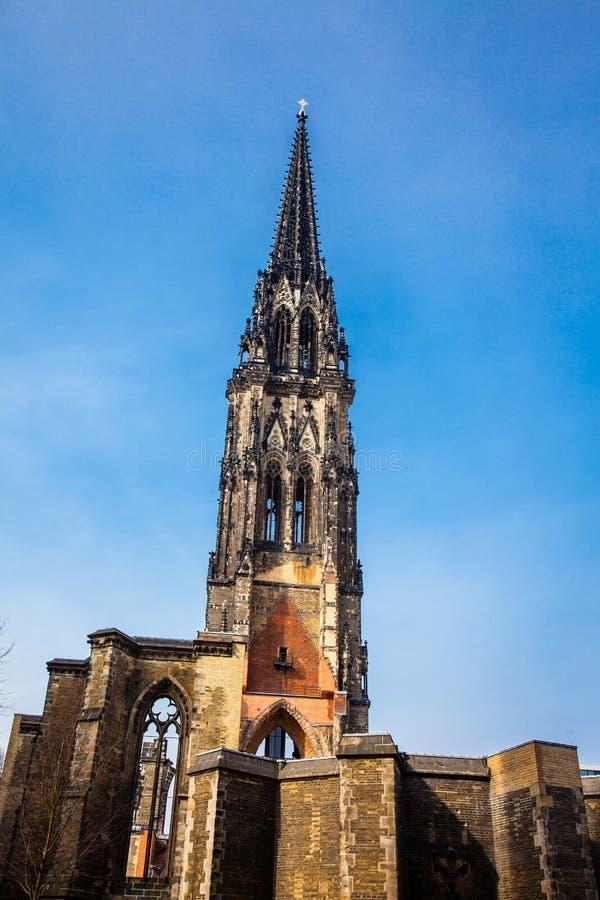 Restes de l'église de Saint-Nicolas qui presque totalement a été détruite pendant le bombardement de Hambourg images libres de droits